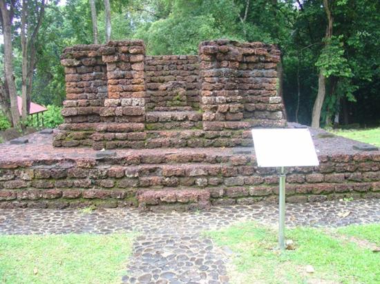 Một ngôi đền Hindu bằng đá ong tại thung lũng Bujang, bang Kedah, Malaysia, thế kỷ 11-12.