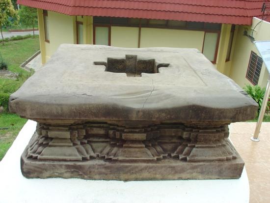 Đài thờ duy nhất bằng sa thạch có bố cục vuông thể hiện tòa sen bằng những đường kỷ hà, phát hiện tại thung lũng Bujang, bang Kedah, Malaysia, thế kỷ 11.  Ảnh: TRẦN KỲ PHƯƠNG