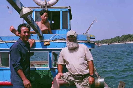Ken Preston trong một lần đến Hội An, cùng lên thuyền và hoạt động như những ngư dân.(ảnh trên trang Boatsandrice).