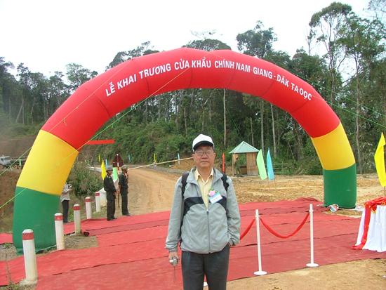 Nhà dân tộc học Nguyễn Tùng đến thăm cửa khẩu Đắc Ốc ở Nam Giang.Ảnh: T.Đ.T
