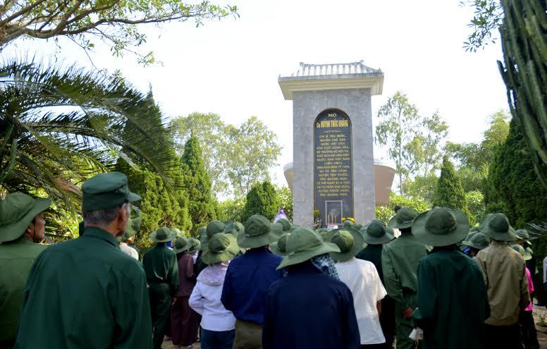 Nhiều người đến thắp nhang nơi mộ cụ Huỳnh Thúc Khánh để ngưỡng vọng, tri ân.