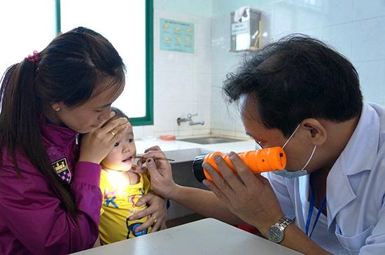 Phụ huynh cần cẩn trọng với các biểu hiện của bệnh quai bị, đưa trẻ đi tiêm chủng để phòng tránh.