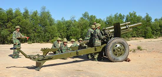 Khẩu đội pháo 105mm DBĐV tỉnh luyện tập trên thao trường.Ảnh: Tuấn Anh