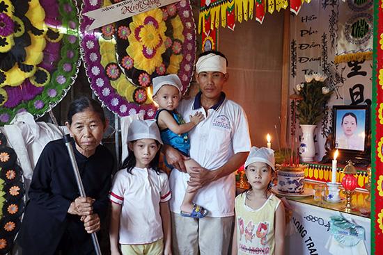 Anh Dũng cùng mẹ già và 3 con bên bàn thờ chị Dung.