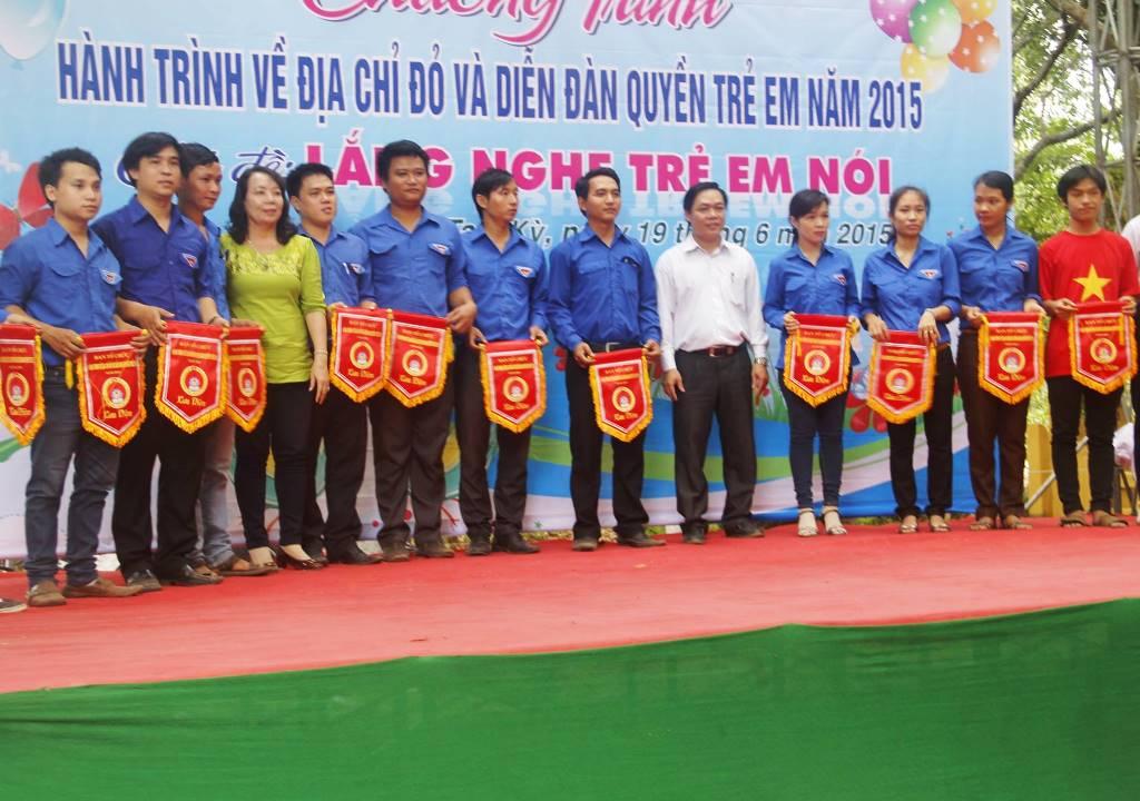 Đại diện Thành đoàn TP.Tam Kỳ trao cờ lưu niệm cho 13 đơn vị tham gia chương trình