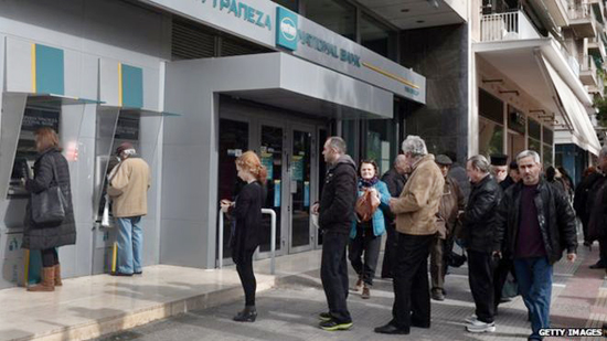 Người dân Hy Lạp rút tiền tại các trạm ATM. (theconservation)