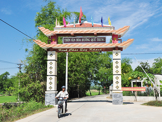 Cổng chào thôn Hương Quế Trung được xây dựng khang trang từ nguồn kinh phí đóng góp của nhân dân địa phương. Ảnh: HÀN GIANG