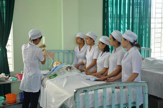 Thay đổi phong cách, thái độ phục vụ người bệnh của cán bộ y tế, góp phần đổi mới công tác y tế, cung cấp dịch vụ chăm sóc sức khỏe cho người dân. Ảnh: P.GIANG