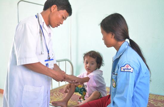 Bác sĩ Bríu Kiêm khám bệnh cho người dân tại Trạm Y tế xã Ga Ry. Ảnh: VĂN HÀO