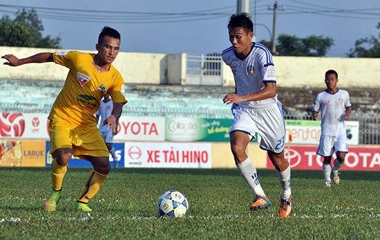 QNK Quảng Nam (bên phải) đang nỗ lực tìm kiếm trận thắng thứ 2 kể từ đầu giải khi tiếp đón Sanna Khánh Hòa-BVN cuối tuần này.Ảnh: A.NHI