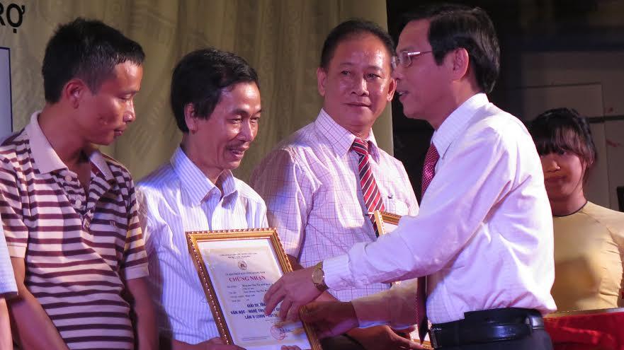 Phó Chủ tịch UBND tỉnh Nguyễn Chín trao giải A cho các tác phẩm xuất sắc của Giải thưởng Văn học Nghệ thuật Đất Quảng lần II.