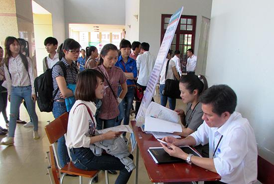 Sinh viên tìm đến ngày hội việc làm để nghe tư vấn.