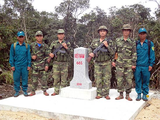 Cán bộ, chiến sĩ Đồn Biên phòng A Xan phối hợp tuần tra bảo vệ đường biên, cột mốc. Ảnh: XUÂN NGHĨA
