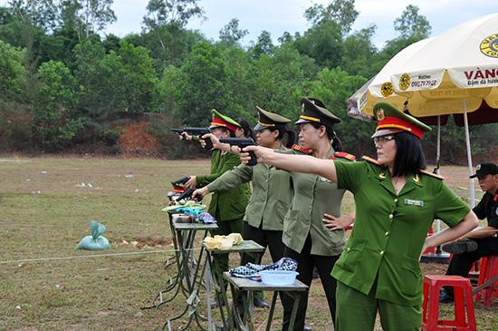 Các VĐV nữ tham gia Giải bắn súng quân dụng Công an tỉnh. Ảnh: NHƯ Ý