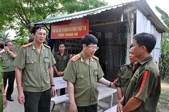 Thượng tướng Bùi Văn Nam - Thứ trưởng Bộ Công an thăm, tặng quà thành viên câu lạc bộ Tự quản ANTT thôn Thuận An, xã Tam An, Phú Ninh.