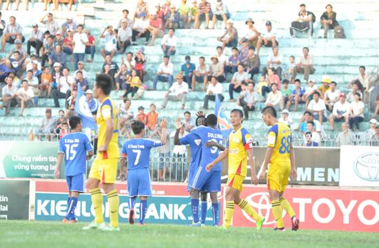Niềm vui của các cầu thủ QNK Quảng Nam sau chiến thắng đậm trước Sana Khánh Hòa BVN.