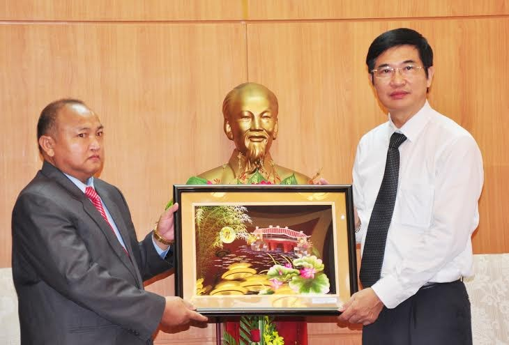 Mr Nguyen Ngọc Quang gives souvenir to Sekong Propaganda and Training Department's delegation.