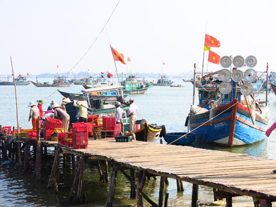 Sản xuất tăng, nhưng để đạt mục tiêu tăng trưởng 11,5% GDP năm 2015 vẫn còn không ít khó khăn. Trong ảnh: ngư dân cập bờ sau chuyến đánh bắt hải sản. Ảnh: T.DŨNG