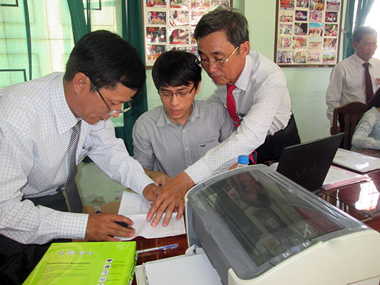 Sử dụng phần mềm kiểm phiếu, các tổ kiểm phiếu tổng hợp kết quả bầu cử nhanh chóng và chính xác. Ảnh: Lê Hiền