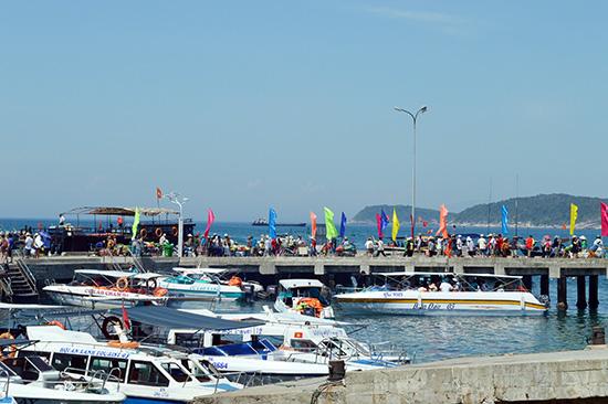 Việc phát triển du lịch nóng, nếu không kìm hãm, sẽ phá vỡ cảnh quan môi trường trên đảo Cù Lao Chàm. Ảnh: VĨNH LỘC
