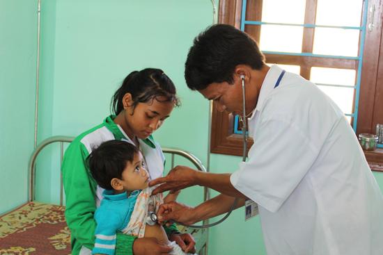 Chất lượng đội ngũ y sĩ ngày càng được nâng cao.  TRONG ẢNH: Bác sĩ Briu Kiêm đang khám bệnh cho nhân dân xã Ga Ri.