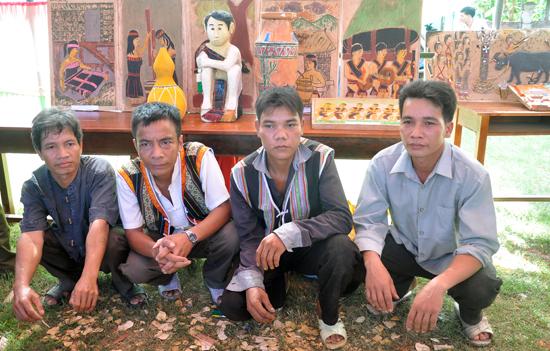 Bốn nghệ nhân Zơrâm Vuôn, Zơrâm Vệm, Zơrâm Niên, Zơrâm Cường đến từ thôn Đắc Tà Vâng, xã Đắc Tôi với các tác phẩm phù điêu đẹp mắt vừa sáng tác. Ảnh: T.VỊNH
