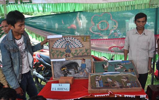 Các nghệ nhân trẻ xã Ta Bhing giới thiệu tác phẩm tham gia dự thi.