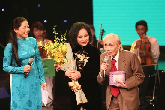 Phan Huỳnh Điểu tại đêm nhạc mừng thọ 90 tuổi. Ảnh: VĂN BẢY