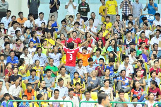 Khán giả đến chật kín với sự cổ vũ cuồng nhiệt tại Giải vô địch bóng chuyền trẻ toàn quốc - hình ảnh lần đầu xuất hiện tại Nhà thi đấu TD-TT Quảng Nam. Ảnh: A.NHI