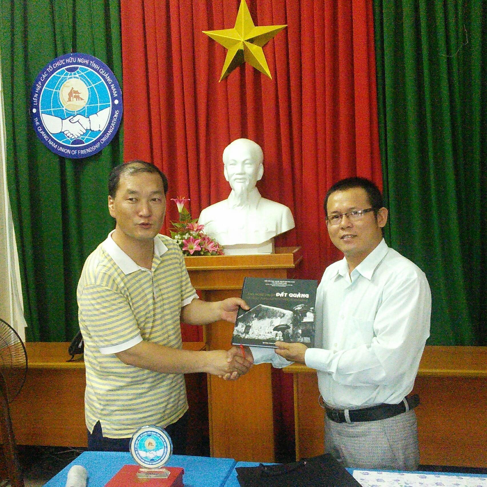 Hội Văn học - Nghệ thuật Quảng Nam tặng quà cho đại diện Liên đoàn Nghệ thuật Cheong Ju (Hàn Quốc).