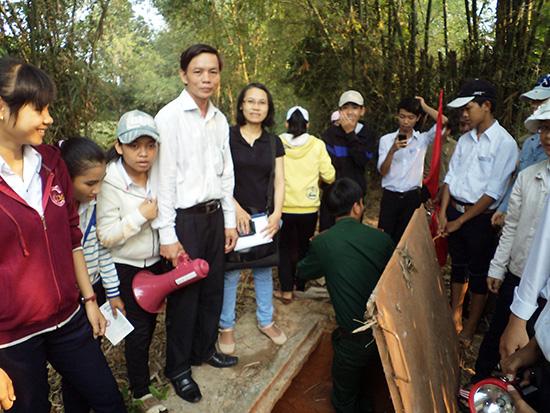 Tổ chức đoàn tham quan di tích địa đạo Phú An - Phú Xuân khi công trình hoàn thành năm 2013.