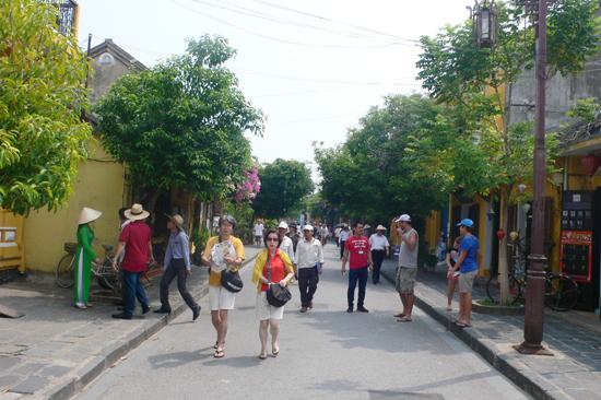 Cần đảm bảo môi trường du lịch an toàn, thân thiện cho du khách đến Hội An. Ảnh: QUỐC HẢI