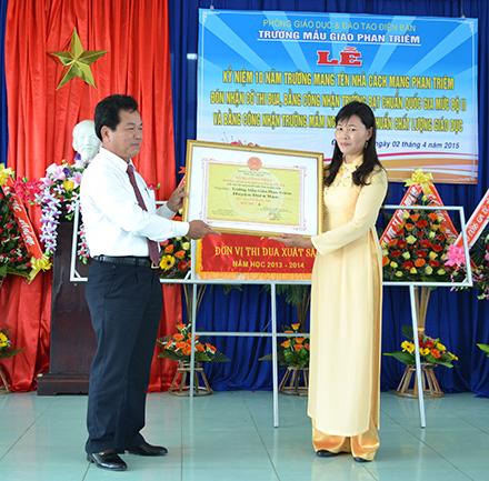 Trường Mẫu giáo Phan Triêm, xã Điện Quang, đón bằng công nhận đạt chuẩn quốc gia mức độ 2.  Ảnh: KHẢI KHIÊM