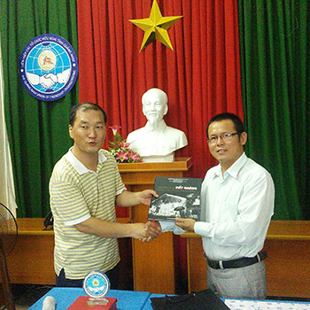 Quang Nam Literature and Art Association offers gift to Cheong Ju Art Union.