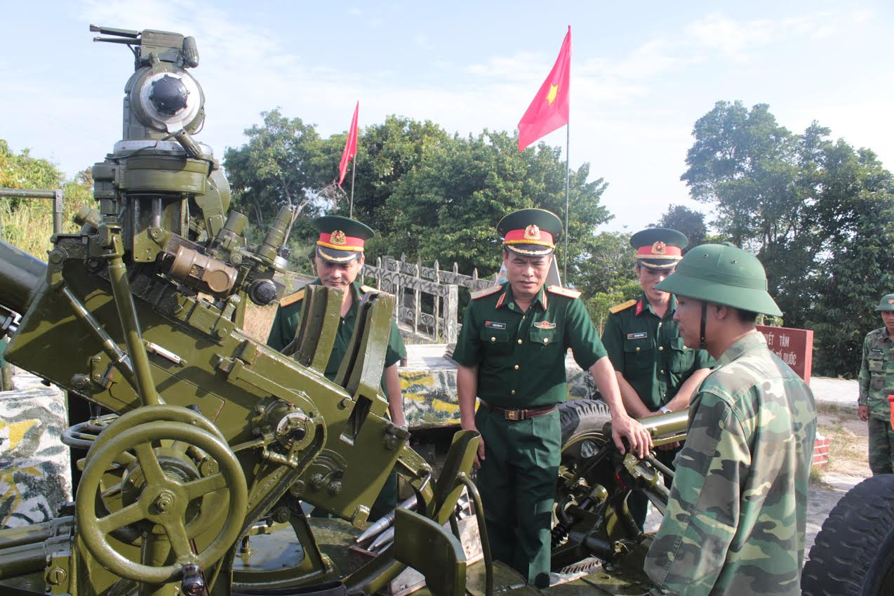 Ảnh kiem tra 70 A: Thiếu tướng Trịnh Đình Tư kiểm tra trận địa Pháo 85mm, Tiểu đoàn 70.
