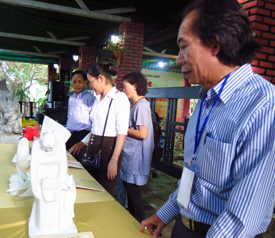 """Nhà điêu khắc Nguyễn Văn Hàm (Quảng Nam) với phác thảo tác phẩm """"Niềm vui"""". Ảnh: LÊ QUÂN"""