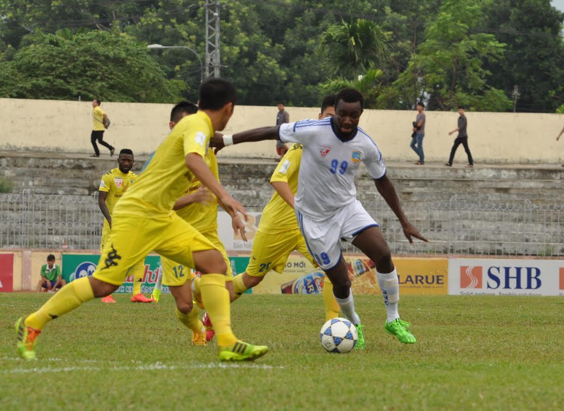 Ghi được 2 bàn thắng ở lượt trận trước nhưng Suleiman (áo số 99) lại tỏ ra vô duyên trong trận đấu với Hà Nội T&T