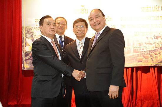 Mr Nguyen Xuan Phuc and Mr Le Phuoc Thanh receive Mr Thongsing Thammavong.