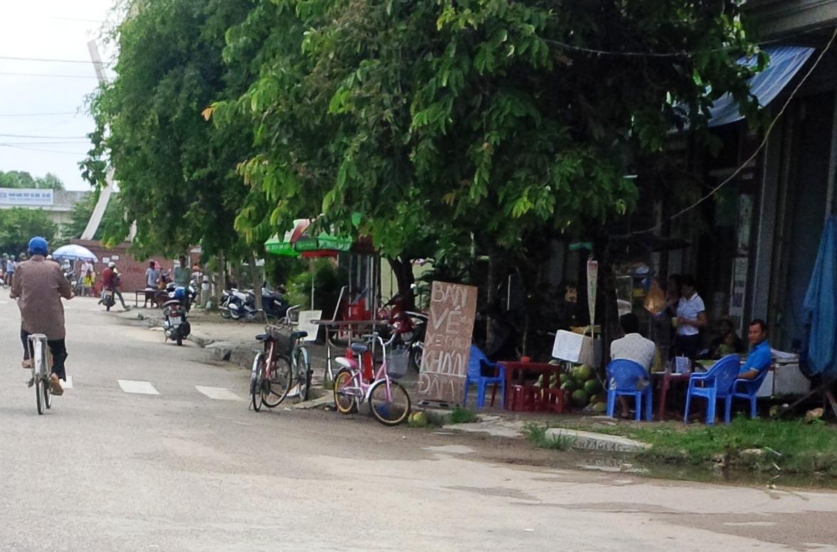 Một số tiệm cà phê gần sân Tam Kỳ trương bảng bán vé vào sân