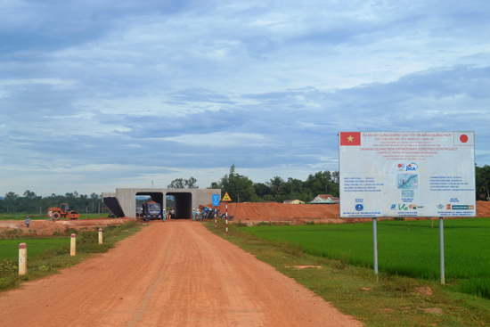 Thi công dự án đường cao tốc Đà Nẵng - Quảng Ngãi đoạn qua xã Bình Quế, Thăng Bình. Ảnh: N.Q.V