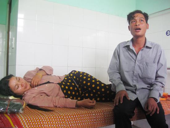 Các bệnh nhân đang được điều trị tại Trung tâm Y tế huyện Phước Sơn, trưa 15.7. Ảnh: VĂN HÀO