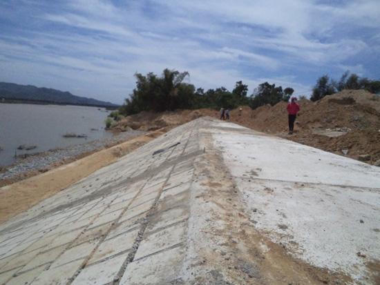 Công trình kè sông Vu Gia khu vực thôn Mỹ Hảo (Đại Phong) hoàn thành vượt tiến độ 3 tháng. Ảnh: Nhật Duy