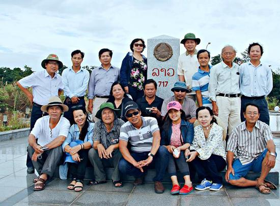 Đoàn chi hội văn học (Hội VHNT tỉnh ) tại cột mốc 717 cửa khẩu Nam Giang.                Ảnh: LÊ TRÂM