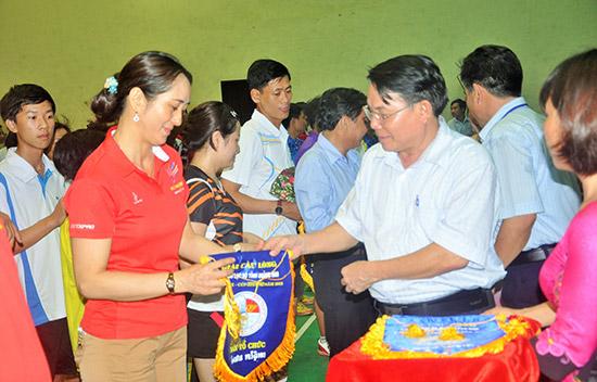 Phó Chủ tịch Liên đoàn Cầu lông Việt Nam Lê Tấn Đạt Tặng cờ lưu niệm cho các câu lạc bộ tham gia giải