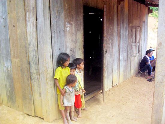 Đời sống thôn 8B, xã Phước Lộc - Phước Sơn còn nhiều khó khăn, lạc hậu.Ảnh: VĂN HÀO