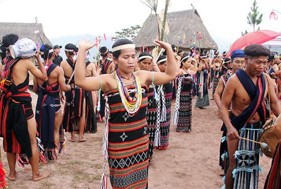 Tây Giang xây dựng định hướng phát triển du lịch gắn với bảo tồn văn hóa truyền thống.  Ảnh: ALĂNG NGƯỚC