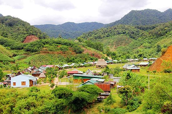 Diện mạo làng mới Anoonh của xã nông thôn mới A Nông. Ảnh: PHƯƠNG GIANG