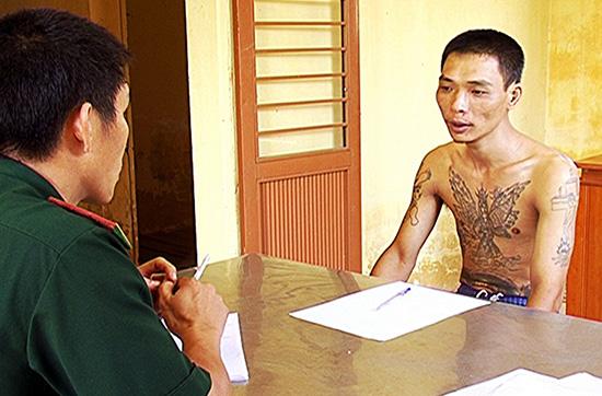 Cán bộ Phòng PCMT&TP Bộ đội Biên phòng tỉnh đấu tranh với một đối tượng phạm tội (ảnh do đơn vị cung cấp).