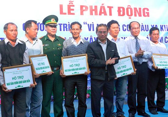 """Lãnh đạo tỉnh trao tiền hỗ trợ ngư dân bám biển tại lễ phát động chương trình """"Vì những con tàu xa khơi"""" vào đầu năm 2015. Ảnh: V.ANH"""