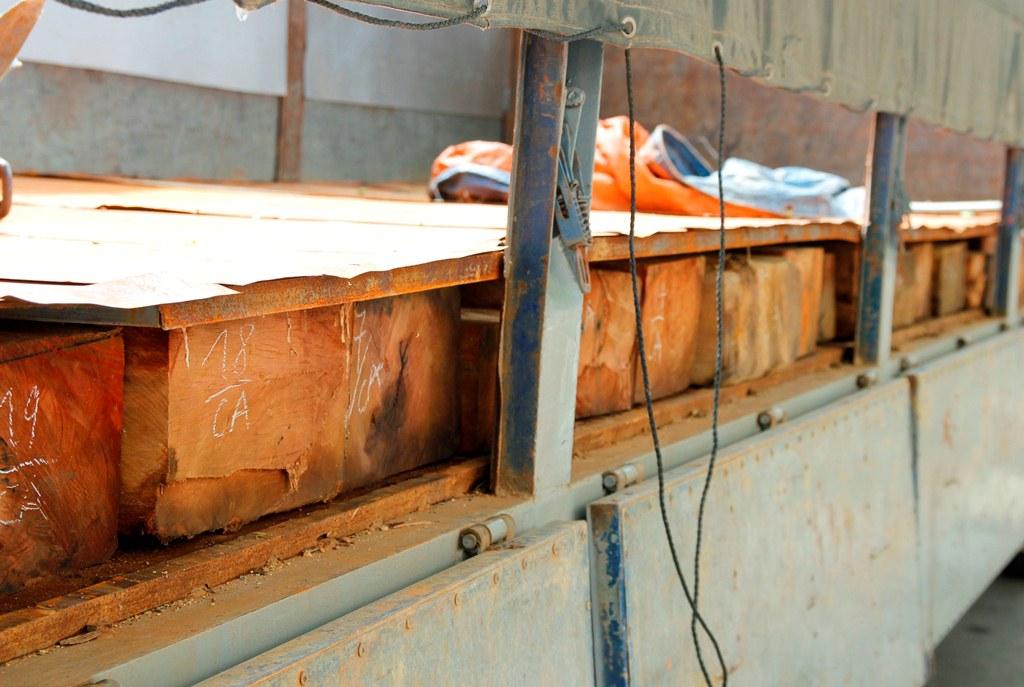 Chủ phương tiện đã chế thùng xe để chở gỗ lâu.